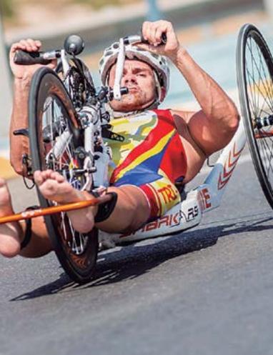 La handbike, una bicicleta que cuesta entre 6.000 y 12.000 euros, obliga a adoptar una postura forzada
