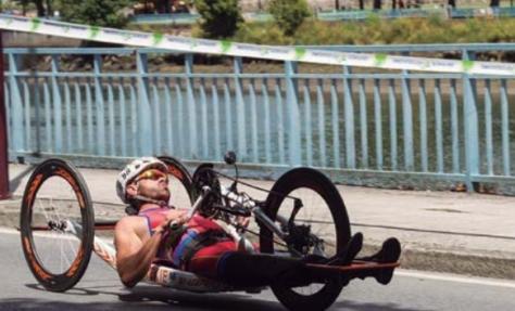 Molina acude a cuarenta competiciones al año, entre triatlones, duatlones, handbike y maratones