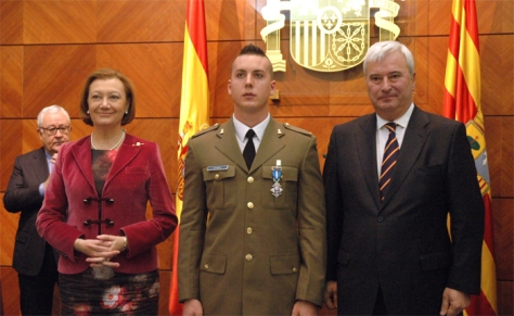 El soldado Juan José Ordóñez recibe la Cruz de la Orden del Mérito Civil