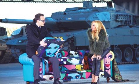 """Risto Mejide y Marta Sánchez durante la grabación de Viajando con Chester en la base """"El Goloso"""""""