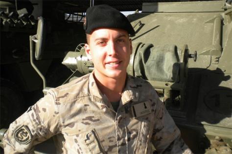El soldado Juan J. Ordóñez arriesga su vida para salvar a una joven en el río Ebro
