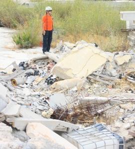La Cabo 1º Mónica está especializada en la formación e intervención de perros especializados en la búsqueda y detección de personas vivas sepultadas bajo escombros (Terremotos, deslizamientos de tierra, aludes, etc.)