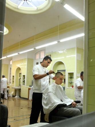 Alumno en la peluquería de la AGM