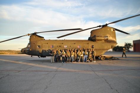 Foto de grupo delante de un Chinook